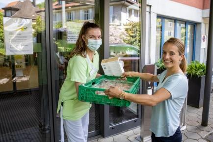 Carla Aeberhard vom Rotary Club Olten übergibt vor dem Eingang beim Alters- und Pflegeheim Stadtpark in Olten süsse Desserts für den Muttertag 2020.